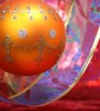 Esfera de ano novo da cor amarela com um teste padrão e uma fita Imagens de Stock