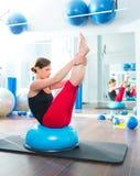 Esfera de Bosu para a mulher do instrutor da aptidão no aerobics Fotos de Stock Royalty Free