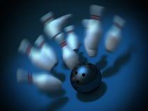Esfera de bowling que causa um crash nos pinos. tiro da batida Fotos de Stock