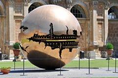 Esfera de bronze no museu de Vatican Foto de Stock