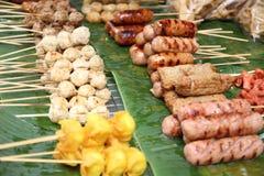 Esfera de carne tailandesa do estilo na grade Imagens de Stock