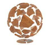 Esfera de cascos de cerámica marrones quebrados en el fondo blanco foto de archivo