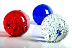 Esfera de cristal branca e azul vermelha Foto de Stock Royalty Free