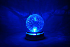 Esfera de cristal brilhante azul fotografia de stock royalty free