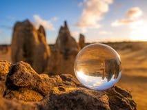 Esfera de cristal con el desierto Australia de los pináculos Imágenes de archivo libres de regalías