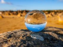 Esfera de cristal con el desierto Australia de los pináculos Imagen de archivo libre de regalías