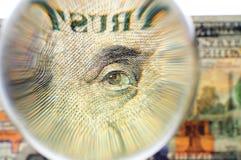 Esfera de cristal en un billete de banco de 100 dólares de EE. UU. Fotografía de archivo