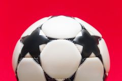 Esfera de futebol branca em um fundo vermelho Fotografia de Stock Royalty Free