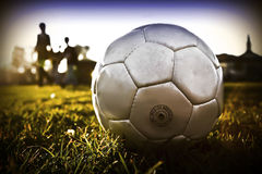 A esfera de futebol com povos mostra em silhueta t01 Fotografia de Stock Royalty Free