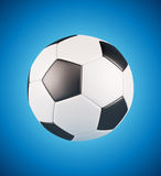 Esfera de futebol de couro no fundo fresco azul Fotos de Stock Royalty Free