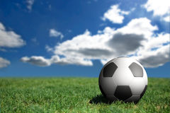 Esfera de futebol em um campo de futebol Fotografia de Stock Royalty Free