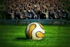 Esfera de futebol na grama verde imagens de stock