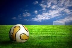 Esfera de futebol na grama verde fotos de stock royalty free