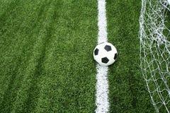 Esfera de futebol na linha Imagens de Stock
