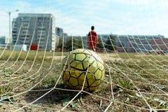 Esfera de futebol na rede fotografia de stock royalty free