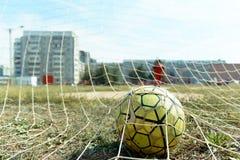 Esfera de futebol na rede fotos de stock royalty free