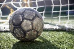 Esfera de futebol no campo Imagens de Stock Royalty Free