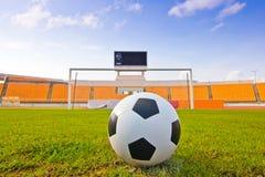 Esfera de futebol no campo Fotografia de Stock Royalty Free
