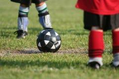 Esfera de futebol no campo Fotos de Stock Royalty Free