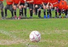 Esfera de futebol no campo foto de stock royalty free