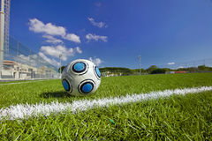 Esfera de futebol no campo de futebol Fotografia de Stock Royalty Free