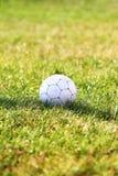 Esfera de futebol no campo de futebol Imagem de Stock Royalty Free