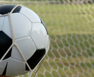 Esfera de futebol no objetivo, futebol Fotos de Stock Royalty Free