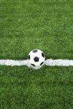 Esfera de futebol no ponto do retrocesso Imagens de Stock