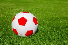 Esfera de futebol ou esfera do futebol no campo verde Fotografia de Stock Royalty Free
