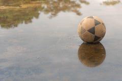 Esfera de futebol velha imagens de stock royalty free