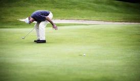 A esfera de golfe apenas faltou o furo. imagens de stock