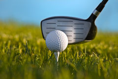 Esfera de golfe aproximadamente a ser golpeada acima pelo fim do excitador Foto de Stock