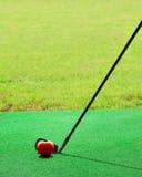 Esfera de golfe dada forma coração no verde Foto de Stock Royalty Free