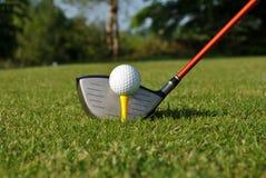 Esfera de golfe em um T Fotografia de Stock