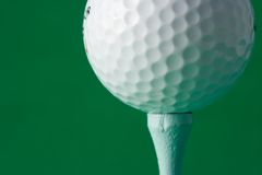 Esfera de golfe em um T Foto de Stock