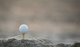 Esfera de golfe na areia fotos de stock