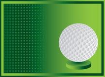 Esfera de golfe na bandeira de intervalo mínimo verde Fotografia de Stock Royalty Free