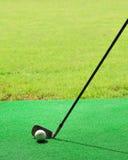 Esfera de golfe na grama falsificada Fotos de Stock Royalty Free