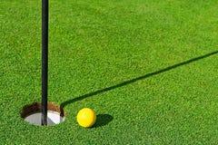 Esfera de golfe na grama verde Imagens de Stock Royalty Free