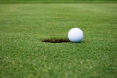Esfera de golfe na maneira ao furo Foto de Stock Royalty Free