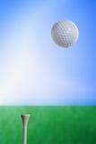 Esfera de golfe no ar Fotografia de Stock