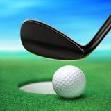 Esfera de golfe no bordo fotografia de stock royalty free