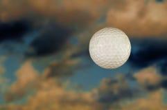 Esfera de golfe no céu Fotografia de Stock