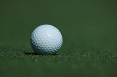 Esfera de golfe no campo de golfe foto de stock