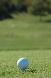 Esfera de golfe no curso fotografia de stock