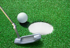 Esfera de golfe no curso verde Fotografia de Stock