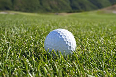 Esfera de golfe no fairway Foto de Stock