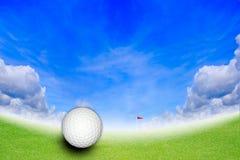 Esfera de golfe no furo no campo de golfe Foto de Stock Royalty Free