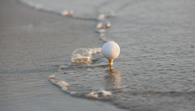 Esfera de golfe no mar Imagem de Stock Royalty Free