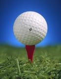 Esfera de golfe no T Imagens de Stock Royalty Free